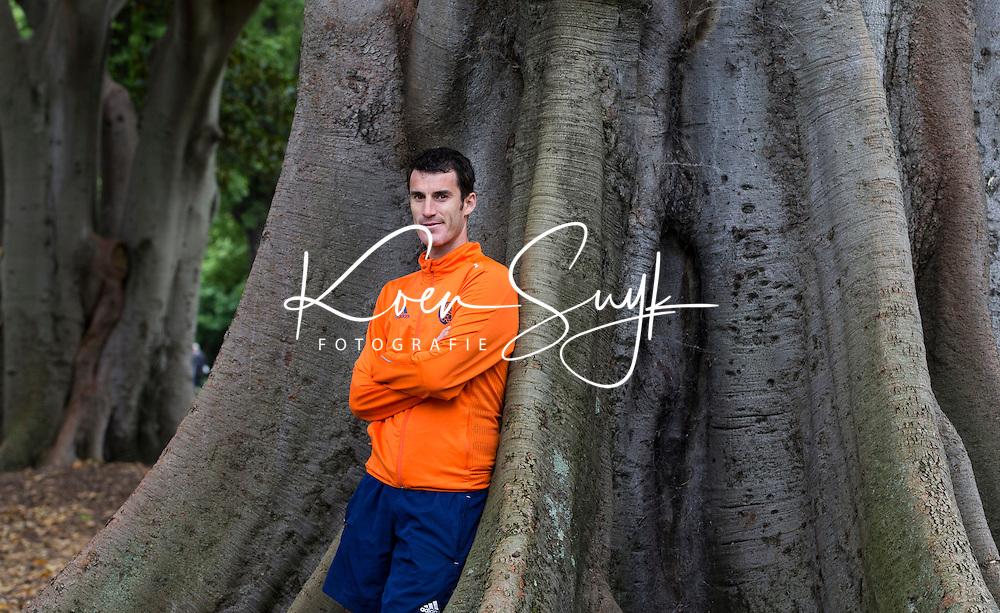 Melbourne - Marcel Balkestein bij een Australische boom. Woensdagmorgen heeft het Nederlands hockeyteam, dat meedoet aan de Champions Tropphy hockey voor mannen, uitgelopen  bij Melbourne Cricket Stadion. Donderdag speelt Nederland in de kwartfinale tegen Nieuw Zeeland. ANP KOEN SUYK