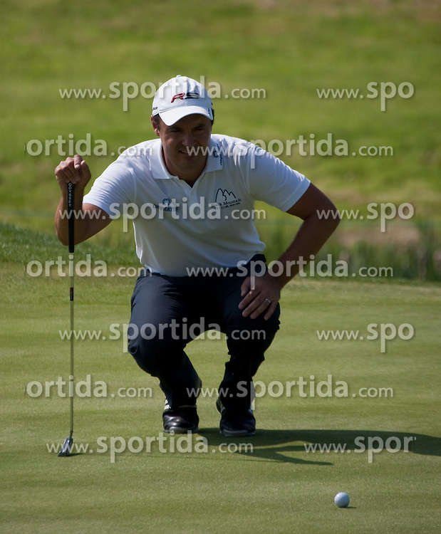 03.06.2010, Celtic Manor Resort and Golf Club, Newport, ENG, The Celtic Manor Wales Open 2010, im Bild Simon Kahn lines up a putt. EXPA Pictures © 2010, PhotoCredit: EXPA/ M. Gunn / SPORTIDA PHOTO AGENCY
