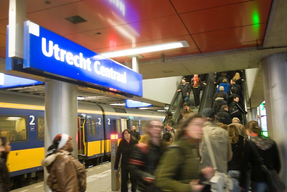 Nederland, Utrecht, 20080212..Roltrappen op Station Utrecht..haastige reizigers zijn schimmen die voorbij schieten..Bord Utrecht Centraal...hasty train passengers are passing by.    .