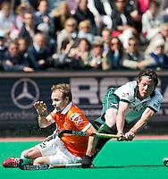 ROTTERDAM -HOCKEY - Bloemendaal speler Matthew Swann (l) in duel met Bas Campbell (r) van R'dam tijdens de play off hockeywedstrijd tussen de mannen van Rotterdam en Bloemendaal (1-1, R'dam wint na shoot out). FOTO KOEN SUYK