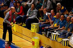 23-02-2014 VOLLEYBAL: FINAL 4 KOOTFIN TAURUS - LANDSTEDE VOLLEYBAL: ZWOLLE<br /> Supporter van Taurus wil graag dat de trommelgroep wat zachter speelt.<br /> ©2014-FotoHoogendoorn.nl / Pim Waslander