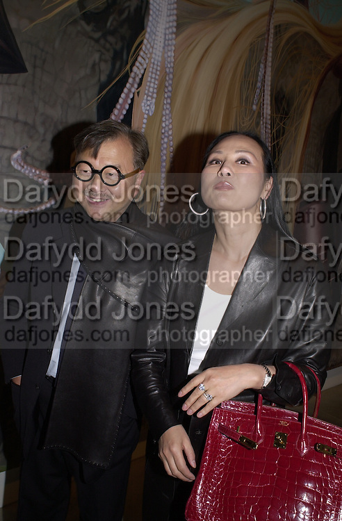 Michael Chow. Jeff Koons exhibition opening and dinner. Gagosian Gallery and Mr. Chow. Los Angeles. 22 March 2001. © Copyright Photograph by Dafydd Jones 66 Stockwell Park Rd. London SW9 0DA Tel 020 7733 0108 www.dafjones.com