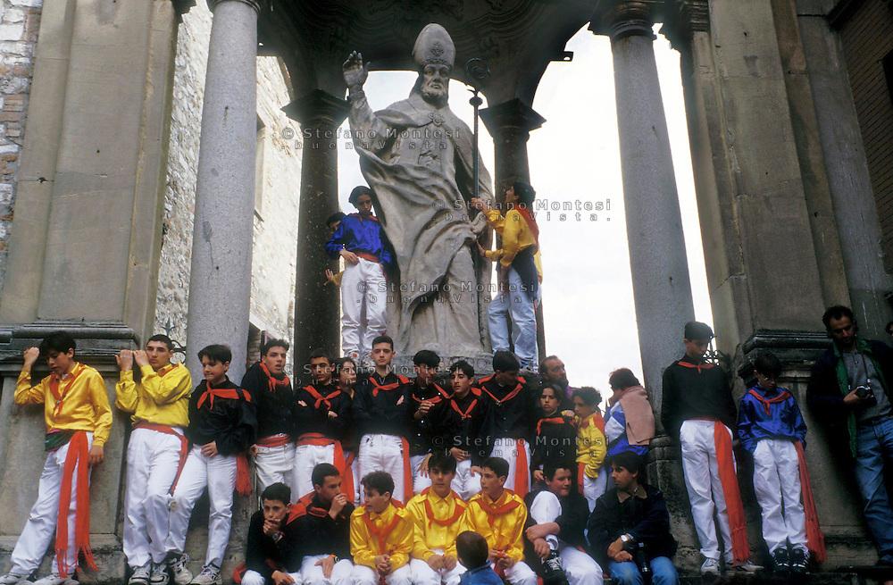 Gubbio 15 MAY 2006..Festival of the Ceri..The ceraioli and the statue  of St Ubaldo....http://www.ceri.it/ceri_eng/index.htm..