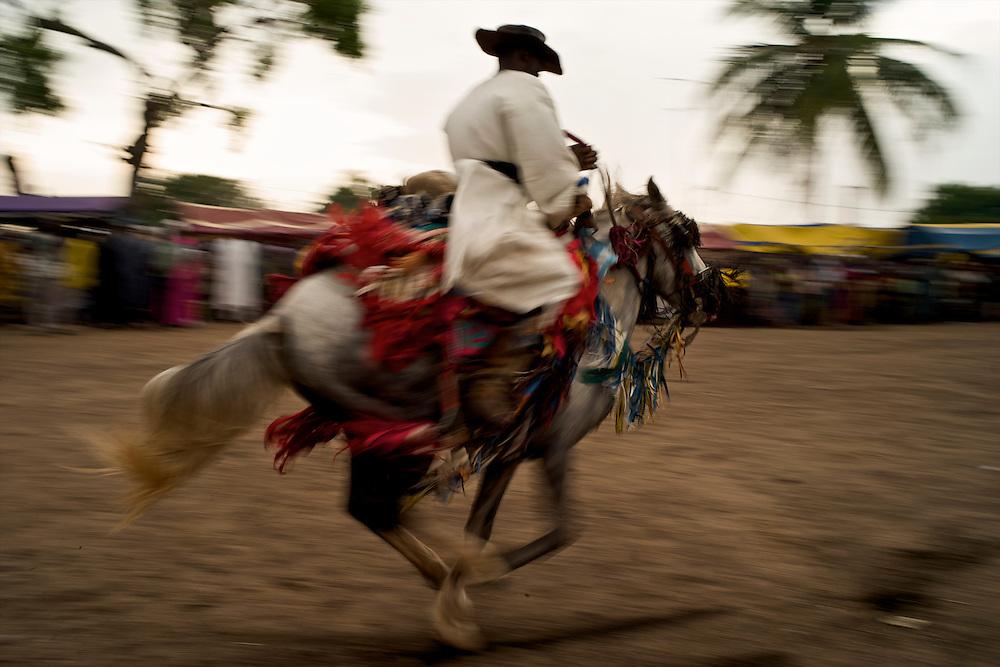 The Gaani festival: the horsemen and their horses make the show for an enthousiastic crowd. Here, Suleiman Gnora and his Fourde gallop.<br />  <br /> La f&ecirc;te de la Gaani: les cavaliers et leurs chevaux montrent leurs talents &agrave; un public enthousiaste. Ici, Suleiman Gnora et son Fourd&eacute; au galop.