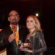 NLD/Amsterdam/20140205 - Uitreiking 100% NL Awards 2013, Maik de Boer en Ilse de Lange met haar award