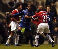 Fotball<br /> Carling cup England 2004/05<br /> Manchester United v Arsenal<br /> 1. desember 2004<br /> Foto: Digitalsport<br /> NORWAY ONLY<br /> Kevin Richardson Manchester United is involved in a punch up with Robin Van Persie and Justin Hoyte Arsenal