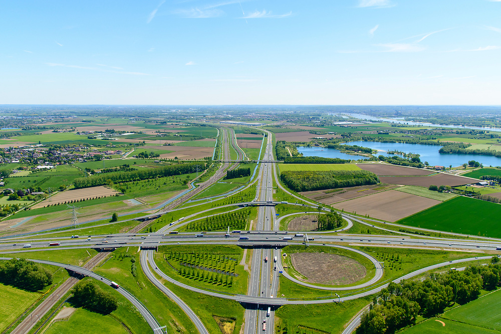 Nederland, Gelderland, Over-Betuwe, 13-05-2019; knooppunt Valburg. gezien naar het Oosten. Kruising A50 (vlnr) en A15, infrabundel met Betuweroute (links).<br /> Valburg junction. Junction A50 and A15, infrastructure bundle with Betuwe Route.<br /> <br /> luchtfoto (toeslag op standard tarieven);<br /> aerial photo (additional fee required);<br /> copyright foto/photo Siebe Swart