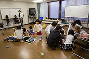 Barnen leker medan f&ouml;r&auml;ldrarna har m&ouml;te i rummet bredvid.<br /> <br /> Hinan Mama Net, &auml;r en st&ouml;dgrupp f&ouml;r mammor som har evakuerat fr&aring;n Fukushima prefekturen till Tokyo. Gruppen startades av Rika Mashiko.