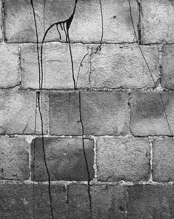 1926<br /> <br /> DOUAI, external wall of the Palace of Justice, where the public executions were held, the last one being that of Jerome Carrein in 1977. It was the penultimate execution of capital punishment in France. The executioner was one Marcel Chevalier, the last headsman of France. He died in 2008.<br /> <br /> &bdquo;At the guillotine &ndash; Just yesterday a wife murderer by the name of Vanderdeuil put his head on the block. The criminal spent his last two months reading romance novels. He received sacraments at the very last moment and surrendered to the law. The guillotine blade cut through the air &ndash; justice was served.&rdquo;<br /> <br /> <br /> DOUAI, ściana zewnętrzna Pałacu Sprawiedliwości przed kt&oacute;rym odbywały się publiczne egzekucje. Ostatnia z nich  Jeroma Carrein w 1977 roku. Była to przedostatnia kara śmierci wykonana we Francji. Katem kt&oacute;ry dokonał egzekucji był Marcel Chevalier, ostatni kat Francji. Zmarł w 2008 roku.<br /> <br /> &quot;Pod gilotyną - Wczoraj położył głowę pod n&oacute;ż gilotyny zab&oacute;jca swojej żony Vanderdeuil. Zbrodniarz spędził ostatnie dwa miesiące na czytaniu romans&oacute;w.<br /> W ostatniej chwili przyjął Sakramenta Św, po czem oddał się sprawiedliwości. <br /> Powietrze przeciął ostry świst noża gilotyny; sprawiedliwości stało się zadość&quot;
