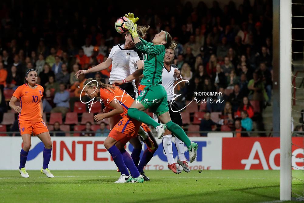 13-06-2017 VOETBAL:ORANJE VROUWEN-OOSTENRIJK:DEVENTER<br /> <br /> De oranje leeuwinnen wonnen met 3-0 van Oostenrijk in de Adelaarshorst in Deventer<br /> <br /> Loes Geurts van Oranje Leeuwinnen (Holland Women) plukt de bal voor Anouk Dekker van Oranje Leeuwinnen (Holland Women) <br /> <br /> Foto: Geert van Erven