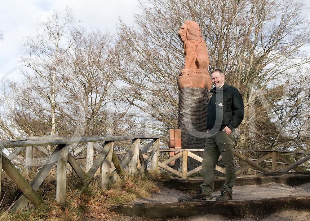 Foto van Hans Dijkstra van Landschap Overijssel over de klussen op de Lemelerberg. I.o met Alfred gekozen voor de leeuw. Ook Hans in de boom met de leeuw op de achtergrond..FFU PRESS AGENCY COPYRIGHT Leo van den Berg..