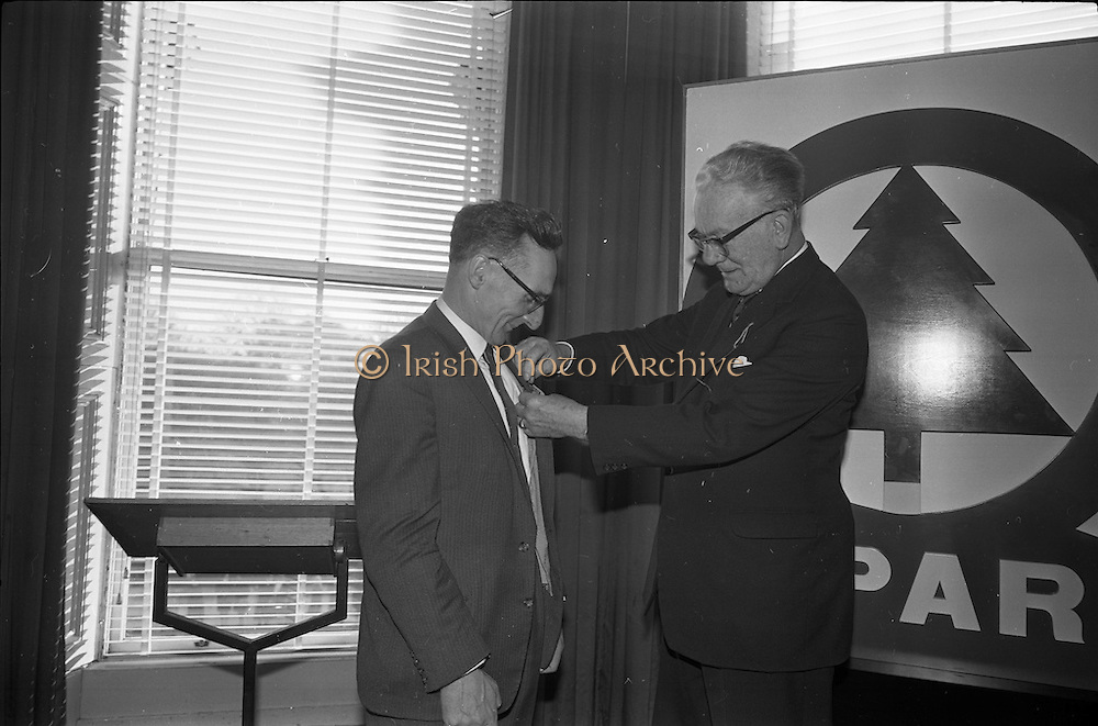 01/04/1963<br /> 04/01/1963<br /> 01 April 1963<br /> SPAR reception at the Shelbourne Hotel, Dublin. The reception announced the formation of SPAR (Ireland) Ltd. comprised of the Irish Wholesale Grocers Firms: Amalgamated Wholesalers Ltd., (P. Barrett and Sons Ltd., Dublin; D. Tyndall and Sons Ltd., Dublin and McNulty and O'Reilly Ltd., Bray); Munster United Merchants Ltd., (Maurice P. Daly Ltd., Cork and The Jamaica Banana Co. Cork) and Messrs Looney and Co. Ltd., Limerick. Mr. C.H. Wilms Floet (right) pins pin of office on Irish Chairman, Mr. D. Tyndall.