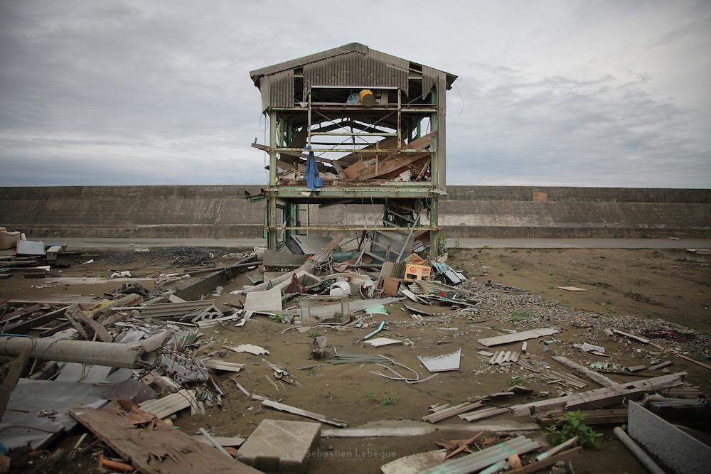La barrière anti tsunami sélève à près de 6 mètres au dessus du niveau normal de la mer. À Ishinomaki, la hauteur de la vague a varié de 10 à 14 m. La force des flux a créé une brèche de 40 mètres de long dans la digue en emportant les blocs de béton..Les constructions qui se trouvent face à la digue ont été submergées en quelques minutes. Elles sont bien sûr inhabitables, mais les dégâts ont été plus prononcés sur lintérieur des terres. Les eaux transportaient les débris ou parfois des maisons entières qui, lorsquelle rencontrait dautres bâtiments, les détruisait dautant plus.