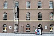 Nederland, Deventer, 19-9-2013De gerenoveerde Boreel kazerne aan de rand van het centrum van de stad. Het vernieuwde monument moest aansluiten op het bestaande winkelcentrum, maar staat grotendeels ongebruikt en leeg. Sommige ruimtes wachten nog op afwerking. Bever outdoor and travel is de enige huurder. Een schoonmaker leegt een prullenbak.Foto: Flip Franssen/Hollandse Hoogte