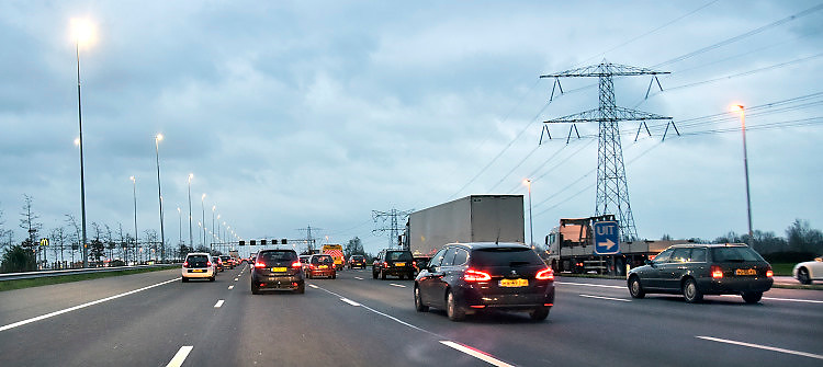 Nederland, A2, Breukelen, 21-11-2017 Een drukke avondspits op de A2, file en langzaamrijdend verkeer.Foto: Flip Franssen