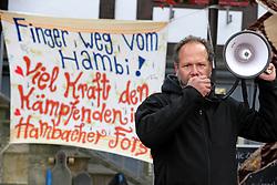 """Bei einer Protestaktion des Stelzen-Masken-Theaters """"Waldwesen"""" aus dem Wendland haben sich viele Bürger/-innen in Lüchow mit den Aktivist/-innen im von der Rodung bedrohten Hambacher Wald in NRW solidarisch erklärt. Im Bild: Falko Berkemeier von der Bürgerinitiative Umweltschutz Lüchow-Dannenberg<br /> <br /> Ort: Lüchow<br /> Copyright: Andreas Conradt<br /> Quelle: PubliXviewinG"""