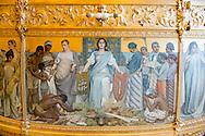 DEN HAAG Het gaat om het negentiende-eeuwse zijpaneel op de Gouden Koets, &lsquo;Hulde der Koloni&euml;n&rsquo; van Nicolaas van der Waay (1855-1936). Hij schilderde halfnaakte Afrikaanse en Indonesische mannen die zich onderwerpen aan het Koninklijk Huis en tropische waren aanbieden. &bdquo;Het is de verheerlijking van de slavernij en het kolonialisme&rdquo; &bdquo;Terwijl de Verenigde Naties slavernij als een misdaad tegen de mensheid hebben bestempeld.&rdquo; Nu ziet het platform een nieuwe kans om de Gouden Koets te stoppen: de uitspraak tegen de Sinterklaasintocht met Zwarte Pieten. Gouden Koets met daarop een tekening met werkende slaven. slavernij, dwangarbeid, slaaf  , de gouden koets staat klaar voor prinsjesdag 2015 in de koninklijke stallen bij paleis noordeinde Gouden en Glazen Koets in de Koninklijke Stallen Na Prinsjesdag zal de koets drie tot vier jaar in onderhoud gaan. De Gouden Koets is na Prinsjesdag drie tot vier jaar uit de roulatie voor groot onderhoud. Volgens de Rijksvoorlichtingsdienst (RVD), is onder meer het houtsnijwerk toe aan een opknapbeurt. De voorziene kosten voor de restauratie vallen volgens de RVD binnen de reguliere begroting van de Dienst van het Koninklijk Huis. Volgens de RVD gaat het onder andere om &ldquo;intensieve restauratiewerkzaamheden&rdquo; aan het houtsnijwerk en de wielen. Ook worden de draagriemen aan de kast en de koorden en de kwasten op de bok vervangen en worden de textiele materialen onder handen genomen.<br /> Glazen koets  copyright robin utrecht