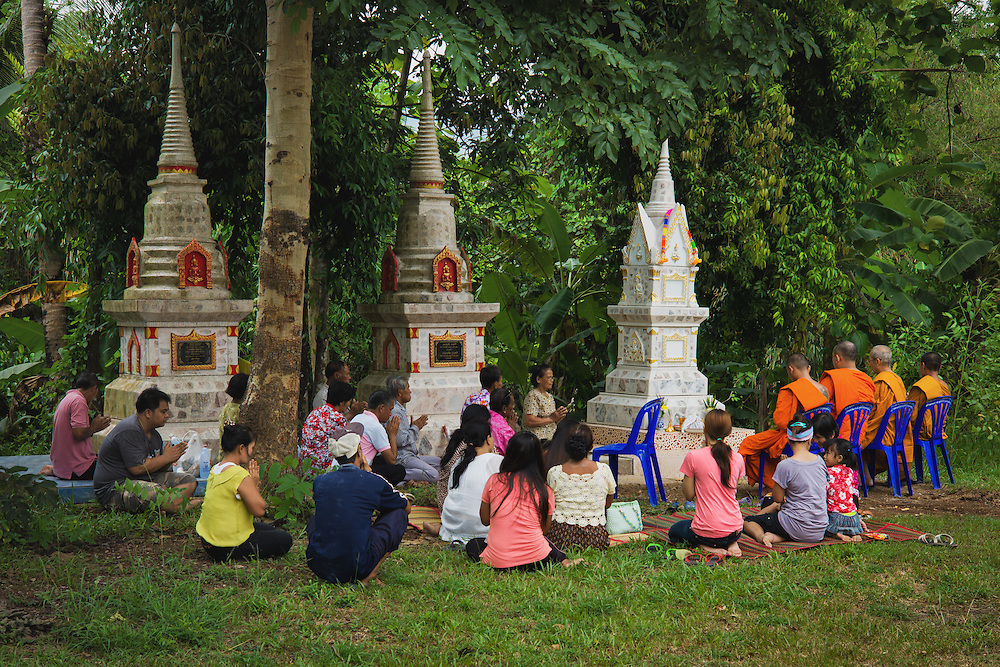 Paying respects to the departed during Songkran 2013