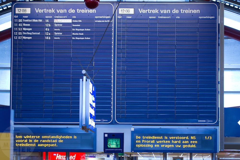 Op de aanwijsborden vragen ProRail en NS om begrip vanwege de uitval van treinen. Ondanks alle voorzorgsmaatregelen met een speciale dienstregeling, lukt het de NS en ProRail niet om de treinen vanuit Utrecht goed te laten rijden.<br /> <br /> The Dutch railways are asking patience for the fact that almost no train is leaving at Utrecht CS.  In spite of al the precautions the Dutch railways are having a lot of problems with the snowfall this winter.