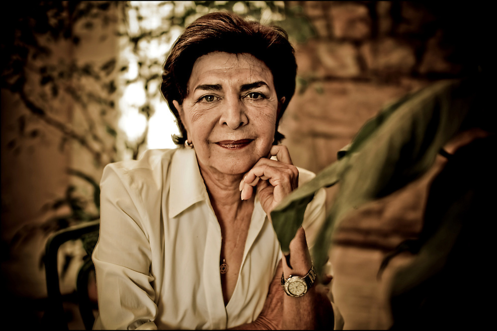 PORTRAITS OF SURVIVORS AND IMMIGRANTS <br /> Sobreviviente del Holocausto / Holocaust Survivor.<br /> <br /> Sra. Sally Horowitz de Morgenstern.<br /> <br /> Naci&oacute; en 31 de mayo de 1940 en Kitzman, Rumania. Ten&iacute;a apenas un a&ntilde;o cuando la familia fue llevada a varios campos de concentraci&oacute;n: Mogilev, Martinovca, Djurin y Stepanovca. Pas&oacute; numerosas penurias y enfermedades que no cesaron despu&eacute;s de la liberaci&oacute;n. En 1945 volvi&oacute; a su lugar natal y al reencontrarse con el padre, tras cuatro a&ntilde;os de separaci&oacute;n, debieron emprender una huida que finalmente los llev&oacute; a Francia y luego a Venezuela en 1947. Aqu&iacute;, tras una dif&iacute;cil adaptaci&oacute;n, consigui&oacute; sosiego y forjar una familia junta a Freddy Morgenstern.<br /> <br /> Photography by Aaron Sosa<br /> Caracas - Venezuela 2010<br /> (Copyright &copy; Aaron Sosa)
