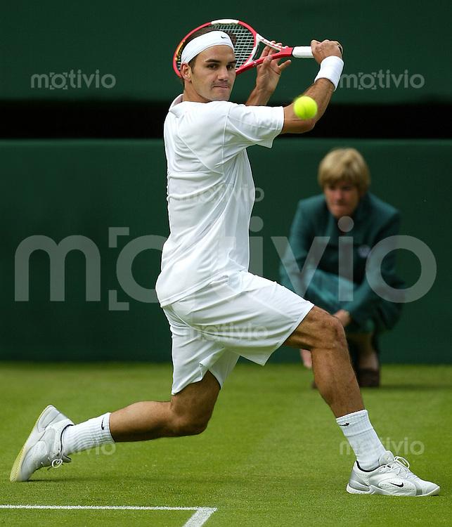 Tennis All England Championships Wimbledon Herren Einzel Roger Federer (SUI) spielt eine Rueckhand in seinem Spiel gegen Alex Bogdanovic (GBR).