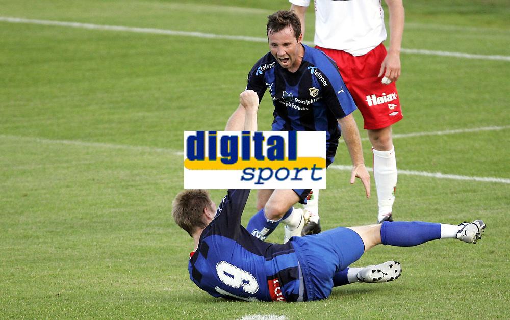 Fotball<br /> Tippeligaen Eliteserien<br /> 21.07.08<br /> Nadderud Stadion<br /> Stab&aelig;k - Fredrikstad FFK<br /> Veigar Pall Gunnarsson jubler for Johan Andersson s (liggende) 2-1 scoring<br /> Foto - Kasper Wikestad