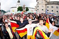 GEPA-0706085337 - SALZBURG,AUSTRIA,07.JUN.08 - FUSSBALL - UEFA Europameisterschaft, EURO 2008, Host City Fan Area Salzburg, Fanmeile, Fan Meile, Public Viewing, Fan Zone. Bild zeigt Fans von Deutschland.<br />Foto: GEPA pictures/ Sebastian Krauss