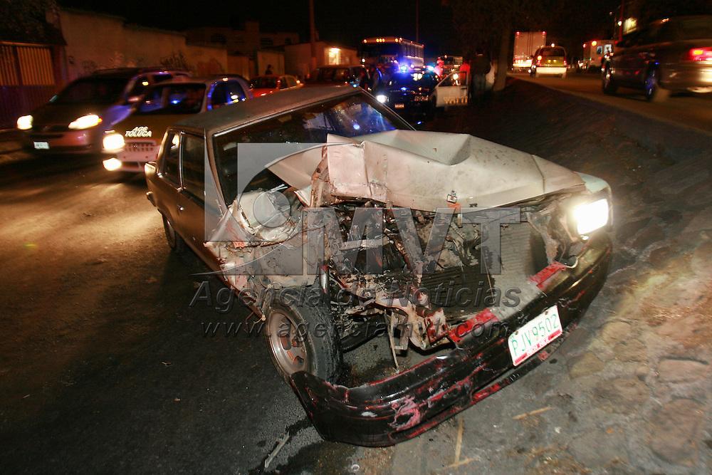 Toluca, Mex.- Una persona resulto lesionada al impactarse contra una camioneta que se encontraba estacionada en paseo Matlazincas. Agencia MVT / Mario Vazquez de la Torre. (DIGITAL)<br /> <br /> <br /> <br /> <br /> <br /> <br /> <br /> NO ARCHIVAR - NO ARCHIVE