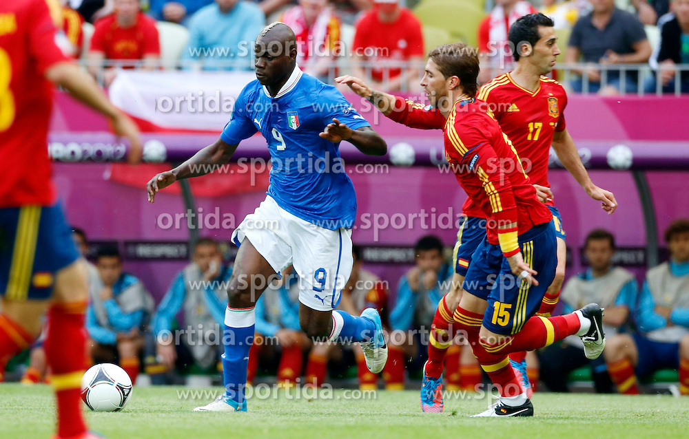 10.06.2012, Arena Gdansk, Danzig, POL, UEFA EURO 2012, Spanien vs Italien, Gruppe C, im Bild (L) MARIO BALOTELLI SERGIO RAMOS // during the UEFA Euro 2012 Group C Match between Spain and Italy at the Arena Gdansk, Gdansk, Poland on 2012/06/10. EXPA Pictures © 2012, PhotoCredit: EXPA/ Newspix/ Kamil Kraszewski..***** ATTENTION - for AUT, SLO, CRO, SRB, SUI and SWE only *****