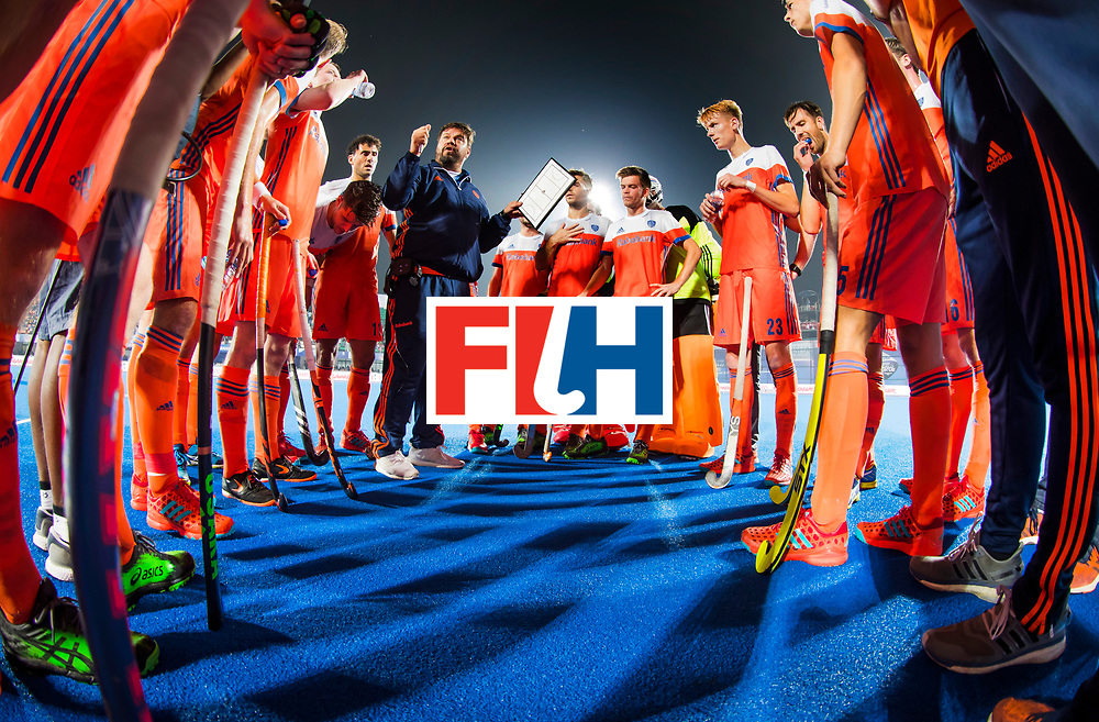 BHUBANESWAR -  bondscoach Max Caldas (Ned) spreekt zijn team toe na het eerste kwart tijdens de Hockey World League Finals , de kwartfinale wedstrijd Duitsland-Nederland (3-3).Duitsland wint na shoot-outs.   COPYRIGHT KOEN SUYK