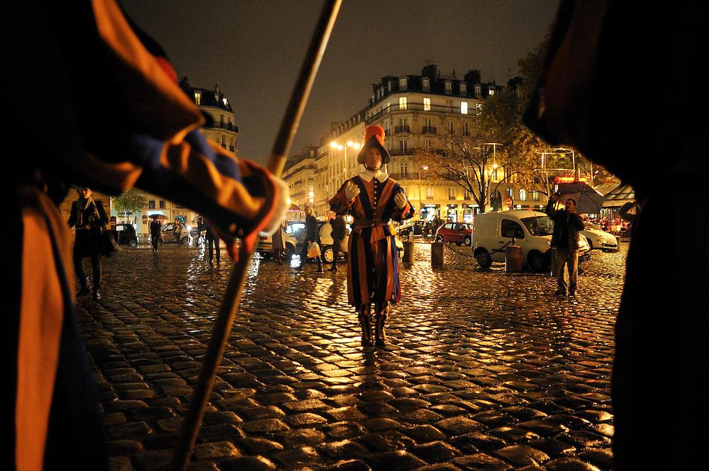 16 novembre 2014: A l'occasion des 1000 (mille) ans du clocher de l'&eacute;glise Saint Germain des Pr&eacute;s une sc&eacute;nographie est organis&eacute; dans l'&eacute;glise. Des figurants r&eacute;p&egrave;tent leurs role de garde Suisse sur le parvis de l'&eacute;glise.<br /> <br /> November 16, 2014 : In the occasion of 1000 ( thousand ) years of the steeple of the church of Saint Germain des Pr&eacute;s scenography is organized in the church. Actors repeat their  Swiss guard roles on the front of the church.