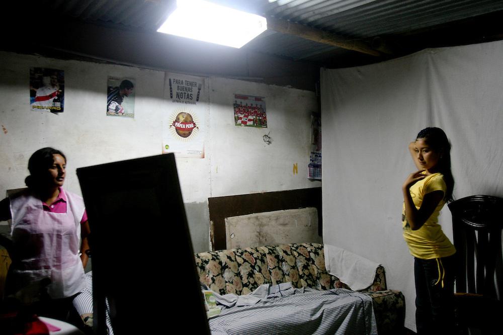 Flor Romero cantante de 15 años se mira en el espejo de la peluqueria de su barrio en Villa Maria del Trinfo , al sur de la ciudad de Lima