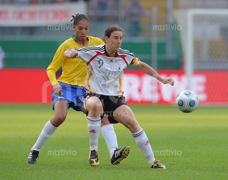 Fussball International  Frauen   22.04.2009 Deutschland - Brasilien  Birgit Prinz (re, GER) gegen Aline Pellegrino (BRA)