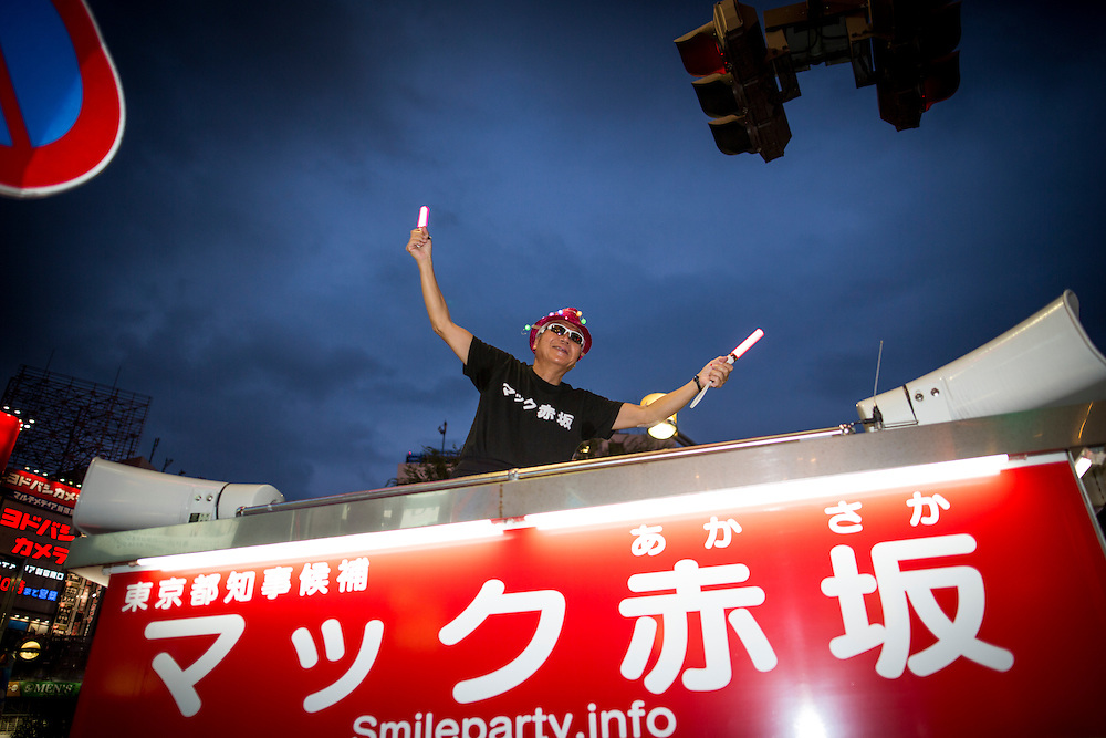 TOKYO, JAPAN - JULY 20 : Mac Akasaka real name Makoto Tonami, is a Japanese businessman and political activist from Smile Party he founded, waves to people after his campaign speech for the July 31 Tokyo gubernatorial election in Kabukicho, Tokyo, Japan on Wednesday, July 20, 2016.   (Photo: Richard Atrero de Guzman/NUR Photo)