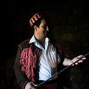 Son père habite dans un village sa mère dans l'autre à 30 kilomètres de distances. Josko Dalmate pur souche a décidé de s'installer au milieu. Il pause 60 tonnes de dalles de calcaire sur le toit d'une maison traditionnelle et ouvre Etnoland. Une grande tablée pour faire découvrir la riche culture Dalmate souvent très distincte par la langue d'un village à l'autre.