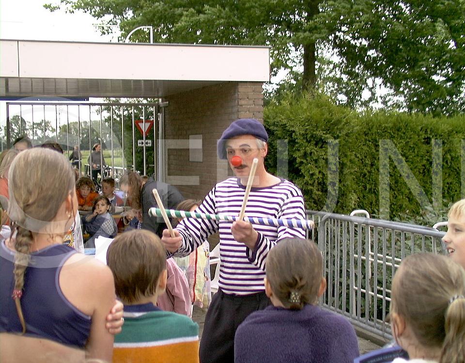 Fotografie Uijlenbroek©1999/Frank Uijlenbroek.990608 wijhe ned.zwemvierdaagse met een clow