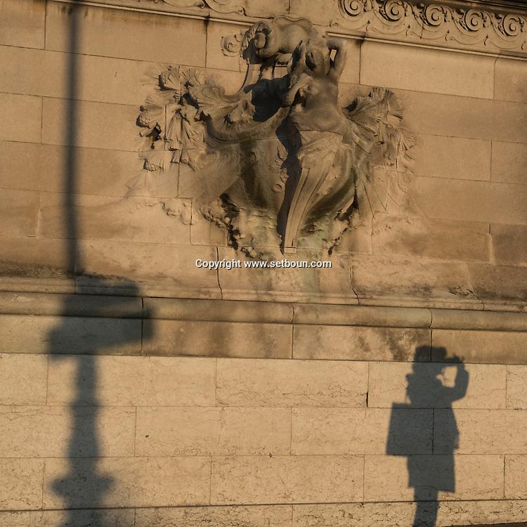 France. Paris. Pont Alexandre-III  on the Seine river at sunset / ombres des passants sur Le pont Alexandre III