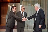 28.04.1999, Deutschland/Bonn:<br />  Gerhard Schröder, SPD, Bundeskanzler, und Hans Eichel, SPD, Bundesfinanzminister,  begrüßen Willem Frederik Duisenberg, Präsident der Europäischen Zentralbank, vor einem gemeinsamen Gespräch, Kanzler-Bungalow, Bundeskanzleramt, Bonn<br /> IMAGE: 19990428-01/02-07<br /> KEYWORDS: Gerhard Schroeder