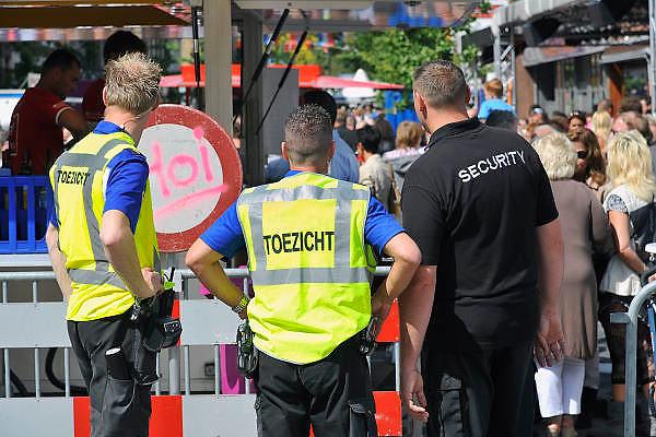 Nederland, Nijmegen, 17-7-2011Medewerkers van bureau toezicht en een particulier security bedrijf houden toezicht tijdens de zomerfeesten. Foto: Flip Franssen/Hollandse Hoogte