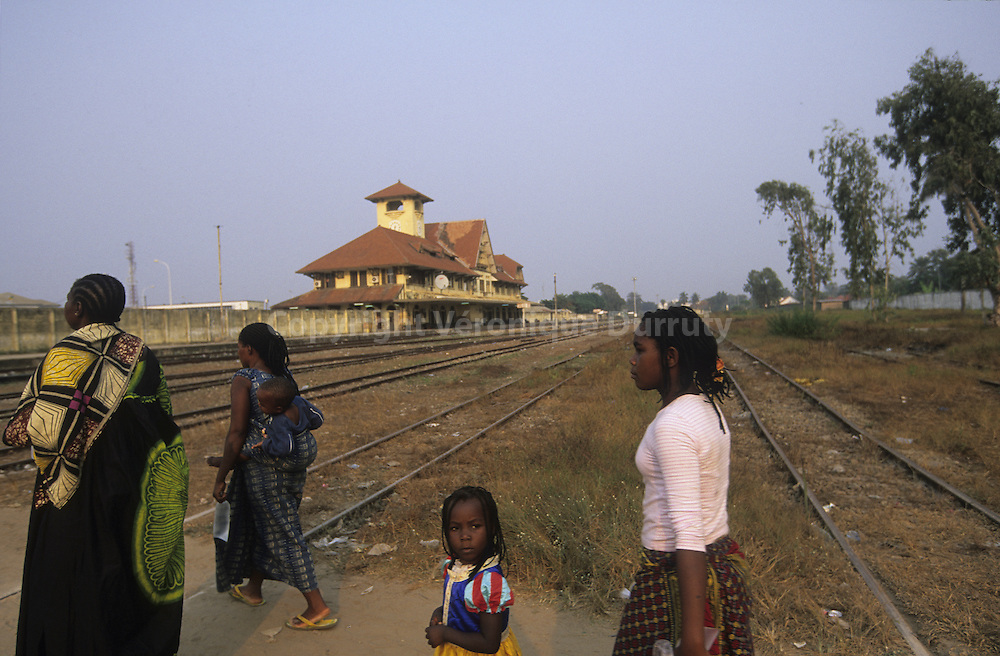 PEDESTRIAN CROSSING THE RAILS, RAILWAY STATION, POINTE NOIRE, CONGO