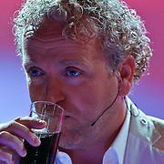 NLD/Hilversum/20100910 - Finale Holland's got Talent 2010, Gordon neemt slokje cola