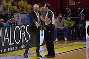 DESCRIZIONE : Cremona Lega A 2015-16 Play Off gara 2 Vanoli Cremona Umana Reyer Venezia <br /> GIOCATORE : Cesare Pancotto<br /> CATEGORIA :  Coach fair play <br /> SQUADRA : Vanoli Cremona<br /> EVENTO : Campionato Lega A 2015-2016 GARA : Vanoli Cremona vs Umana Reyer Play Off gara 2<br /> DATA : 10/05/2016 <br /> SPORT : Pallacanestro <br /> AUTORE : Agenzia Ciamillo-Castoria/I.Mancini<br /> Galleria : Lega Basket A 2015-2016 Fotonotizia : Cremona Lega A 2015-16 PlayOff Gara 2  Vanoli Cremona Umana Reyer Venezia