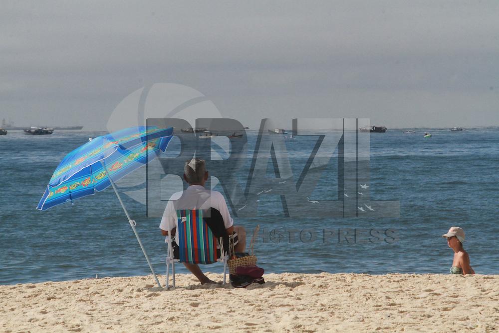 CLIMATEMPO, RJ, 16 DE MARÇO DE 2013 - CLIMA TEMPO RIO DE JANEIRO - Movimentacao na praia de Copacabana na cidade do Rio de Janeiro na manha deste sabado, 16. FOTO: THIAGO LOUZA / BRAZIL PHOTO PRESS