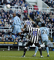 Fotball<br /> FA-cup 2005<br /> Newcastle v Coventry<br /> 29. januar 2005<br /> Foto: Digitalsport<br /> NORWAY ONLY<br /> Coventry's Dele Adebola (L) loops a header into the net to give Coventry hope