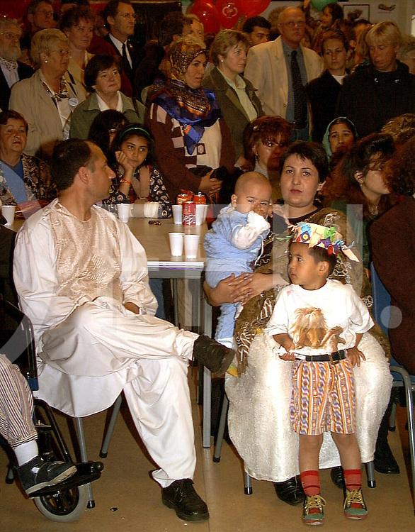 Fotografie Uijlenbroek©1999/Frank Uijlenbroek.990605 ommen ned.opening OC veel bewoners waren gekomen voor de opening