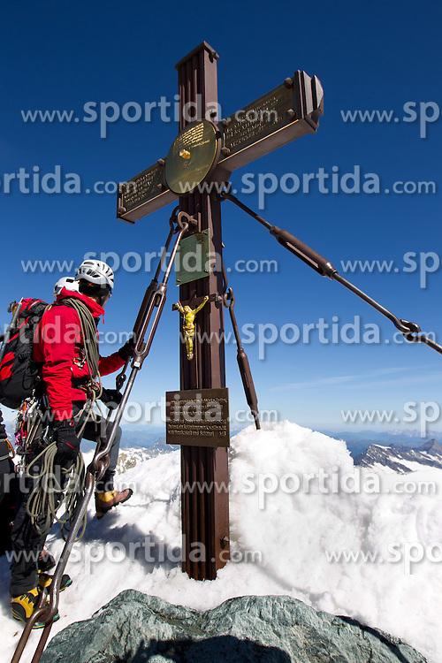 08.07.2010, Kals, AUT, ÖSV (OeSV) Herren besteigen Großglockner, im Bild Gipfelkreuz mit Bergsteiger, EXPA Pictures © 2010, PhotoCredit: EXPA/ J. Groder / SPORTIDA PHOTO AGENCY