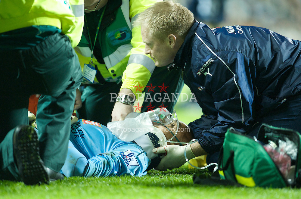 LONDON, ENGLAND - Wednesday, November 12, 2008: Tottenham Hotspur's goalkeeper Heurelho Gomes receives treatment for a kick to the head during the League Cup 4th Round match against Liverpool at White Hart Lane. (Photo by David Rawcliffe/Propaganda)
