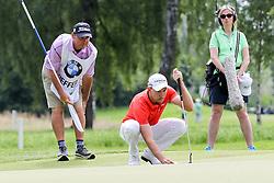 26.06.2015, Golfclub München Eichenried, Muenchen, GER, BMW International Golf Open, Tag 2, im Bild Maximilian Kieffer (GER) beim lesen der Puttlinie // during day two of the BMW International Golf Open at the Golfclub München Eichenried in Muenchen, Germany on 2015/06/26. EXPA Pictures © 2015, PhotoCredit: EXPA/ Eibner-Pressefoto/ Kolbert<br /> <br /> *****ATTENTION - OUT of GER*****