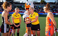 AMSTELVEEN -   Tos met scheidsrechters Amber Church (NZL) en Sarah Wilson (SCO)  , stockey, Janne Müller-Wieland (Ger) en Eva de Goede (Ned)   voor de halve finale  Nederland-Duitsland van de Pro League hockeywedstrijd dames. COPYRIGHT KOEN SUYK