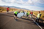 De Altair 5 met Aurelien Bonneteau wordt van de weg getild na de avondrun op de derde dag van de races. In Battle Mountain (Nevada) wordt ieder jaar de World Human Powered Speed Challenge gehouden. Tijdens deze wedstrijd wordt geprobeerd zo hard mogelijk te fietsen op pure menskracht. Het huidige record staat sinds 2015 op naam van de Canadees Todd Reichert die 139,45 km/h reed. De deelnemers bestaan zowel uit teams van universiteiten als uit hobbyisten. Met de gestroomlijnde fietsen willen ze laten zien wat mogelijk is met menskracht. De speciale ligfietsen kunnen gezien worden als de Formule 1 van het fietsen. De kennis die wordt opgedaan wordt ook gebruikt om duurzaam vervoer verder te ontwikkelen.<br /> <br /> In Battle Mountain (Nevada) each year the World Human Powered Speed Challenge is held. During this race they try to ride on pure manpower as hard as possible. Since 2015 the Canadian Todd Reichert is record holder with a speed of 136,45 km/h. The participants consist of both teams from universities and from hobbyists. With the sleek bikes they want to show what is possible with human power. The special recumbent bicycles can be seen as the Formula 1 of the bicycle. The knowledge gained is also used to develop sustainable transport.